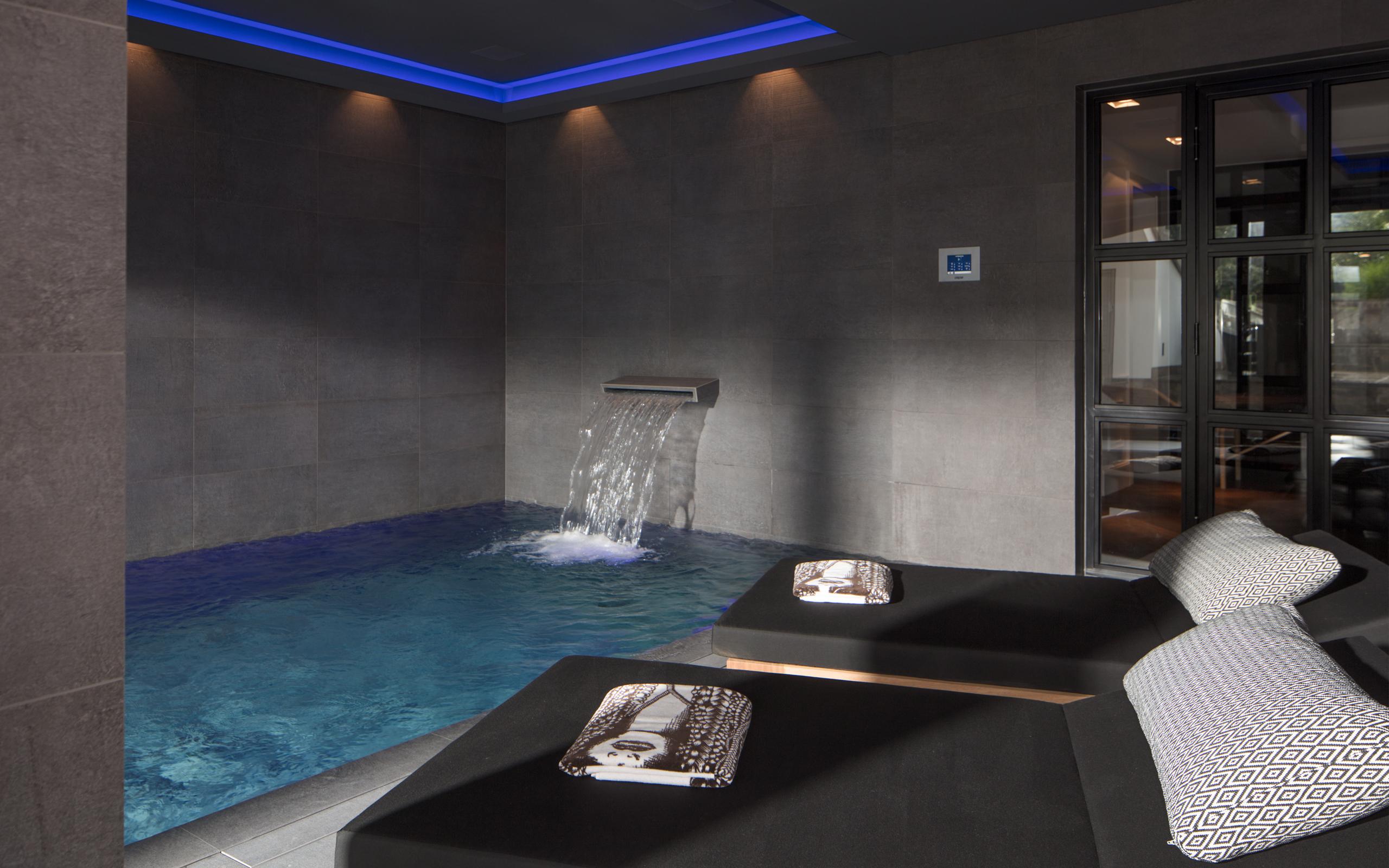 mystische atmosph re dunkle farben verleihen dieser schwimmhalle ihren ganz besonderen reiz. Black Bedroom Furniture Sets. Home Design Ideas