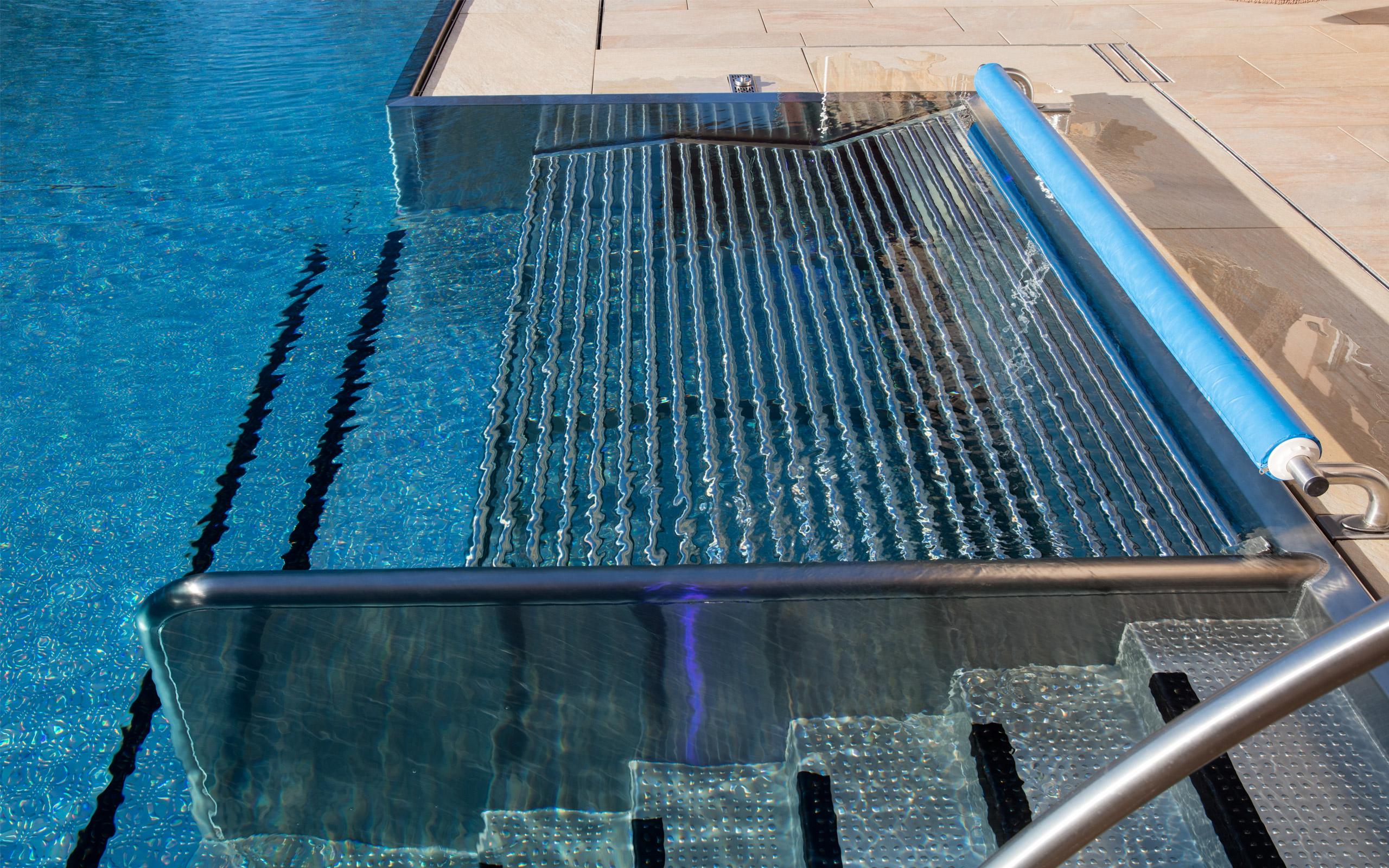 Gl nzende aussichten edelstahl pool mit infinity for Pool edelstahl