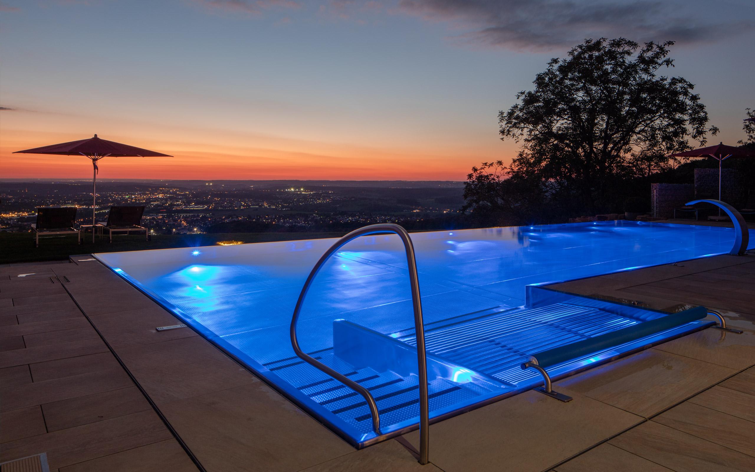 Gl nzende aussichten edelstahl pool mit infinity for Pool aus stahl