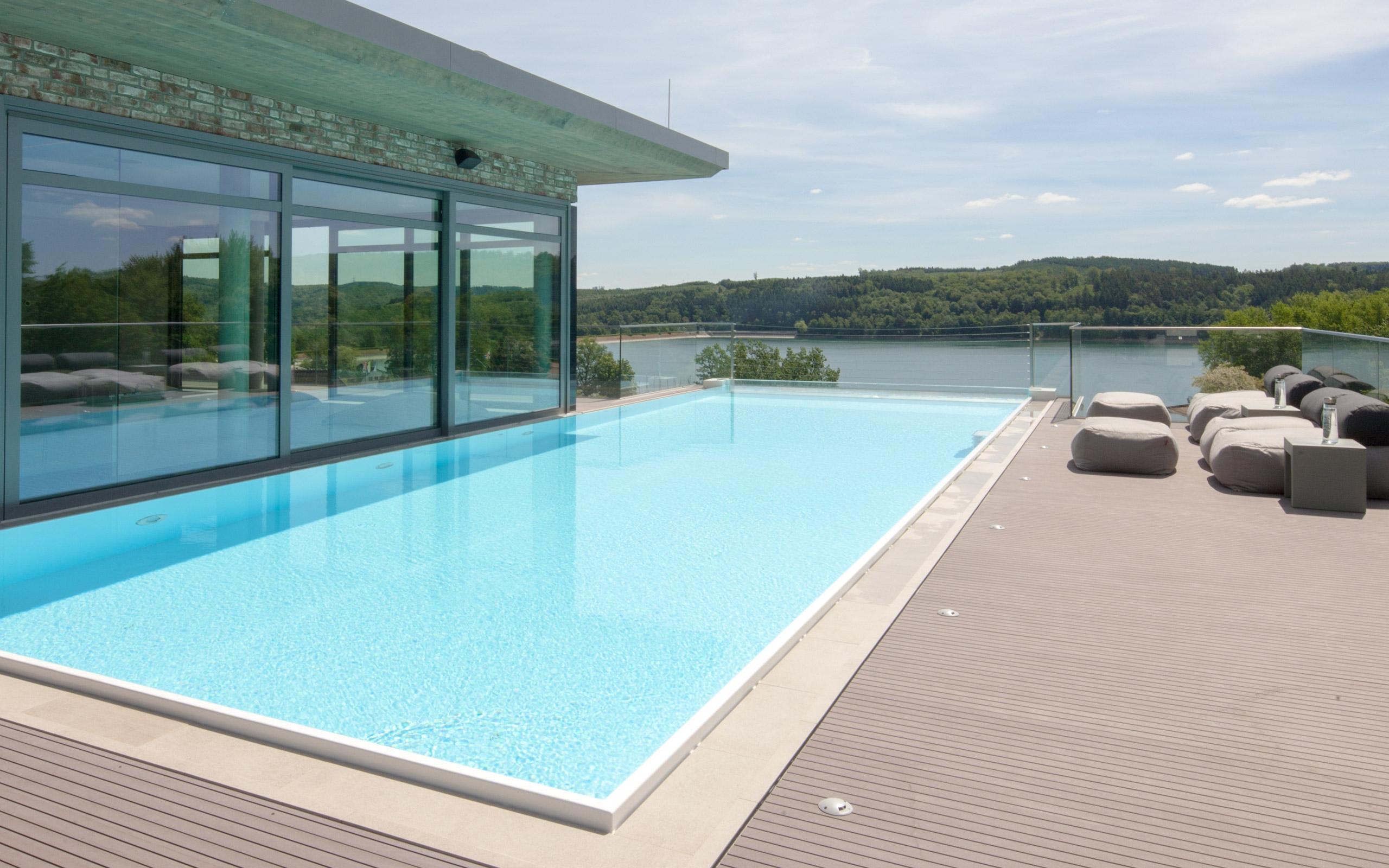 hoch hinaus dachterrassen pool mit panorama glasscheibe. Black Bedroom Furniture Sets. Home Design Ideas