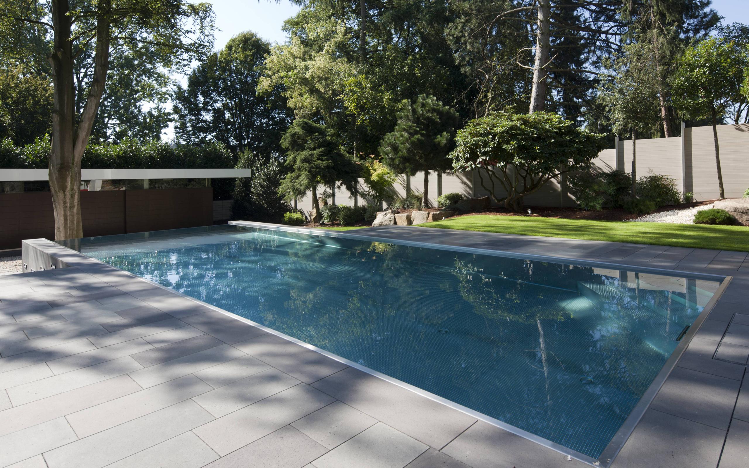 perfekt abgestimmt modernes haus und edelstahl pool mit infinity berlaufrinne als gesamtkunstwerk. Black Bedroom Furniture Sets. Home Design Ideas